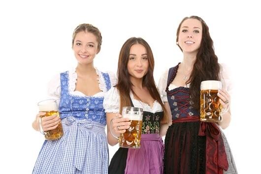 kilka dziewczyn w niemieckim stroju